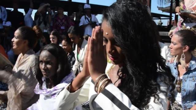 miss world 2013 contestants visit the besakih temple in karangasem on indonesias resort island of bali. clean : miss world contestants visit temple... - spielkandidat stock-videos und b-roll-filmmaterial