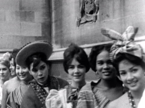 miss world contestants pose in front of the house of commons - 1959 stock-videos und b-roll-filmmaterial