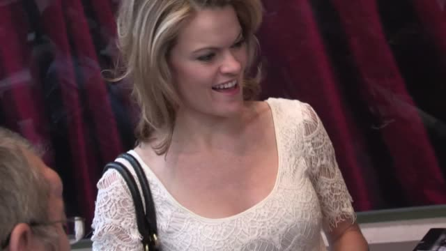 vídeos de stock, filmes e b-roll de missi pyle greets fans at chicago opening night in hollywood 05/16/12 - missi pyle