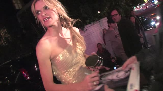 vídeos de stock, filmes e b-roll de missi pyle meets fans at chateau marmont in west hollywood 01/29/12 in celebrity sightings in los angeles - missi pyle