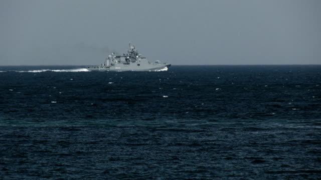 vidéos et rushes de frégate de missile dans une mer orageuse - navire