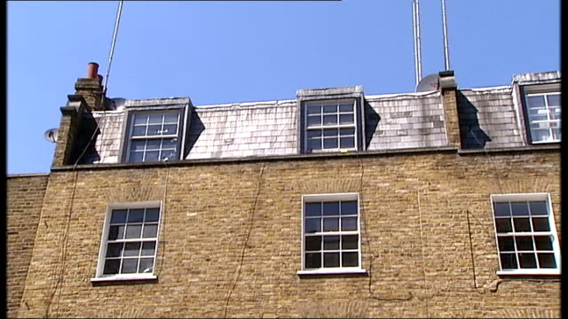 police appealing for information london marylebone ext general views of mews flat belonging to missing businesswoman carole waugh reporter to camera... - メリルボーン点の映像素材/bロール