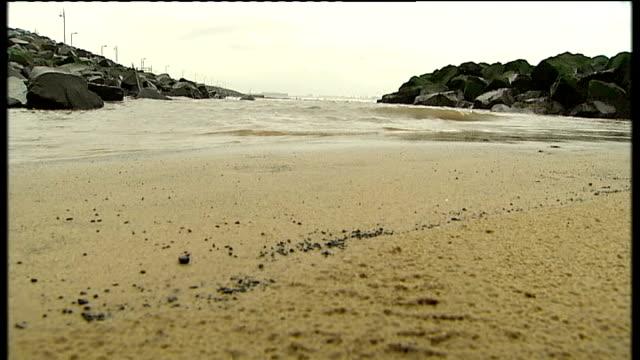 vídeos de stock e filmes b-roll de wife of john darwin arrested on suspicion of fraud tx hartlepool seaton carew waves lapping onto beach - condado de durham inglaterra