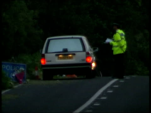 vídeos y material grabado en eventos de stock de body found england west sussex / pulborough ext/itn bv police forensic officers carrying body of sarah payne along placing in back of white car / bv... - seto