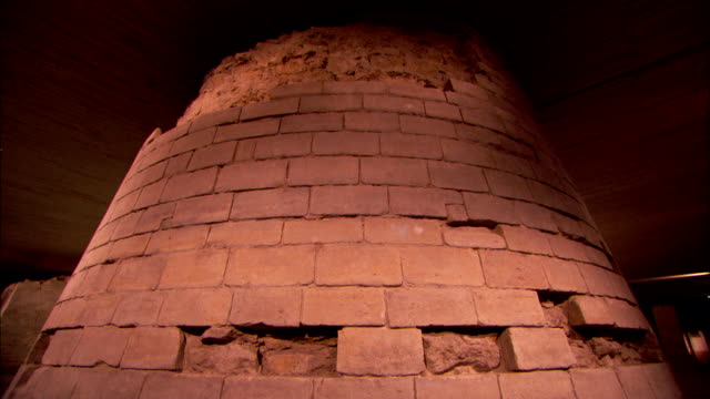 stockvideo's en b-roll-footage met missing limestone blocks on a catacomb wall reveal the quarry rock underneath. - steengroeve