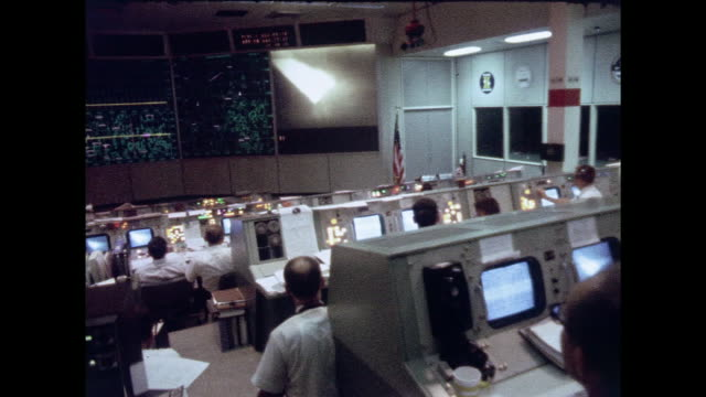 stockvideo's en b-roll-footage met mission control during the moon landing during apollo 11. - regelkamer