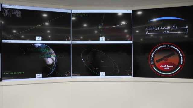vídeos de stock, filmes e b-roll de mission control of emirates mars mission at mohammed bin rashid space centre in dubai, united arab emirates, on tuesday, july 28, 2020. - missão espacial