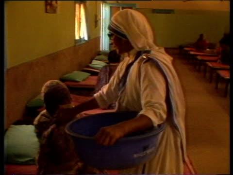 vídeos y material grabado en eventos de stock de missionaries of charity nun caring for child in children's home delhi 1983 - orfanato