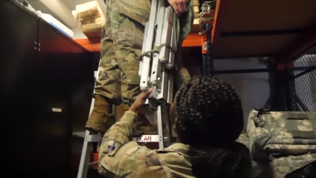 vídeos de stock e filmes b-roll de mississippi army national guard soldiers prepare and load equipment in gulfport mississippi prior to hurricane gordon making landfall - planeamento civil de emergência