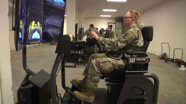 vidéos et rushes de mississippi army national guard train with simulators that mimic the experience of operating heavy construction equipment including loading shovels... - armée de terre