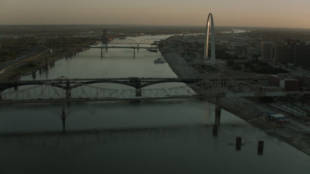 mississippi river and st louis at sunset - gateway arch st. louis stock videos & royalty-free footage