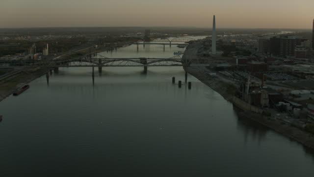 mississippi river in st louis at dusk - mississippi flod bildbanksvideor och videomaterial från bakom kulisserna