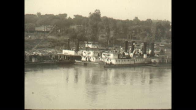 vídeos de stock, filmes e b-roll de mississippi river showing riverboats - rio mississipi