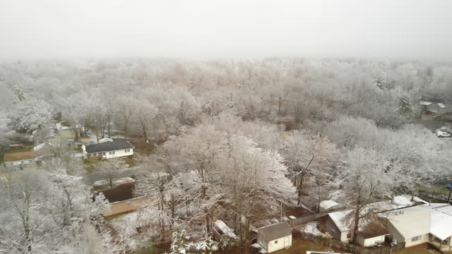 missouri ice storm residential development e street images serie video 4k - albero spoglio video stock e b–roll