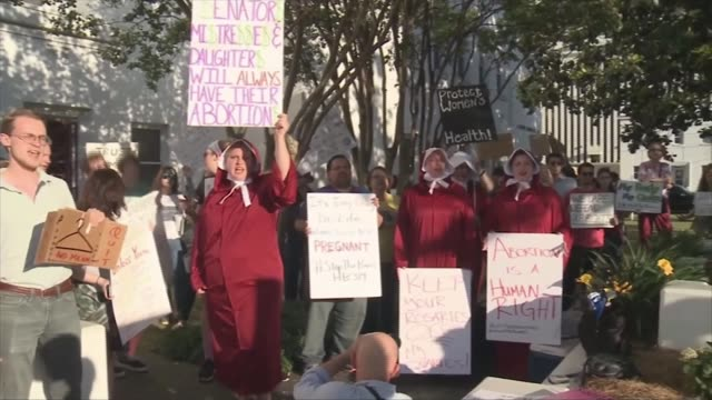 missouri legislature approves eight-week abortion ban; usa: washington: ext various of pro-choice abortion supporters demonstrating in street with... - missouri mellanvästern bildbanksvideor och videomaterial från bakom kulisserna