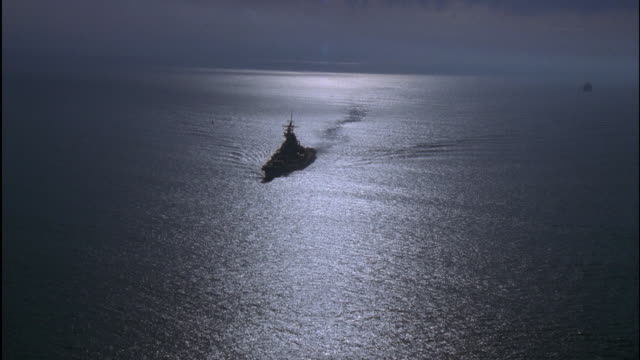 stockvideo's en b-roll-footage met aerial uss missouri on sea - amerikaanse zeemacht