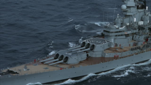 stockvideo's en b-roll-footage met aerial, zo, ms uss missouri on sea - amerikaanse zeemacht