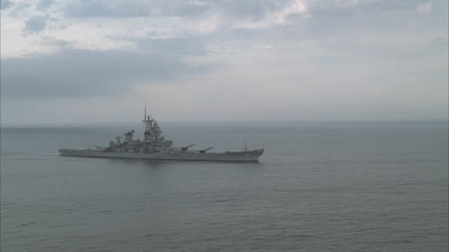 stockvideo's en b-roll-footage met low aerial, uss missouri on sea - amerikaanse zeemacht