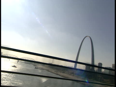 side pov, usa, missouri, st. louis, driving on bridge, gateway arch in distance - ミズーリ州 セントルイス点の映像素材/bロール