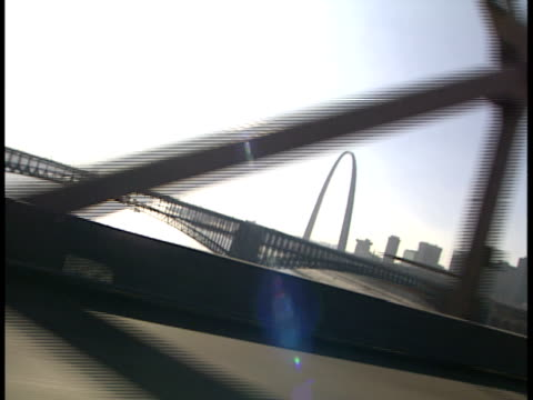 canted, side pov, usa, missouri, st. louis, driving on bridge, gateway arch in distance - ミズーリ州 セントルイス点の映像素材/bロール