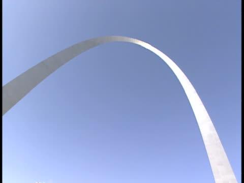 cu, la, usa, missouri, st. louis, gateway arch against clear sky - jefferson national expansion memorial park stock videos & royalty-free footage