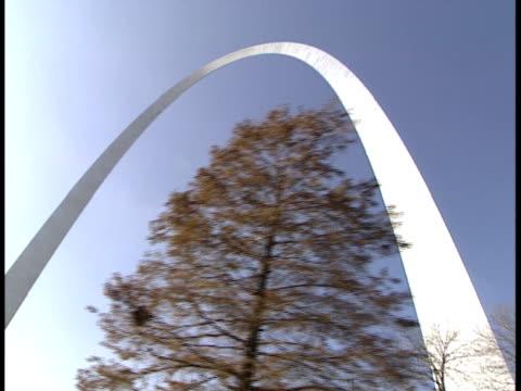 side pov, la, usa, missouri, st. louis, passing gateway arch - jefferson national expansion memorial park stock videos & royalty-free footage