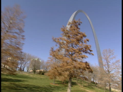 pov, la, usa, missouri, st. louis, passing gateway arch - ミズーリ州 セントルイス点の映像素材/bロール