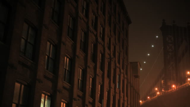 vídeos de stock e filmes b-roll de mist covers the manhattan bridge near an apartment building. - office block exterior