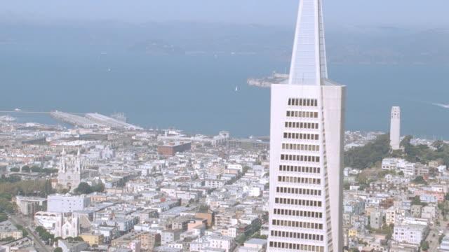vídeos y material grabado en eventos de stock de mist fills the sky over alcatraz island in san francisco bay. - torre coit