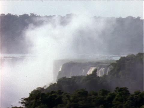 vídeos y material grabado en eventos de stock de mist rises from the powerful iguazu falls in argentina. - cataratas del iguazú