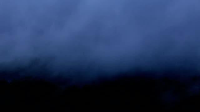 vídeos de stock e filmes b-roll de mist rolling on the peak of mountain. - encosta