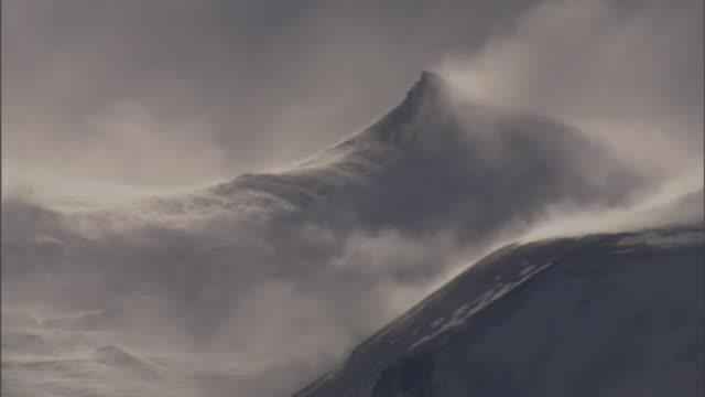 mist rolls off a snowy mountain. - bergstopp bildbanksvideor och videomaterial från bakom kulisserna