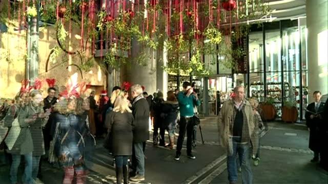vídeos y material grabado en eventos de stock de 'mistletoe kisses' event at london's borough market kate howell interview sot **howell interview overlaid sot** people browsing market stalls wide... - personal organiser