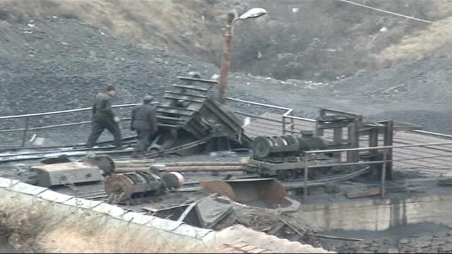 mistreatment of coal miners ext coal miners working on coal mine men shovelling coal in carts - 発電所関係の職業点の映像素材/bロール