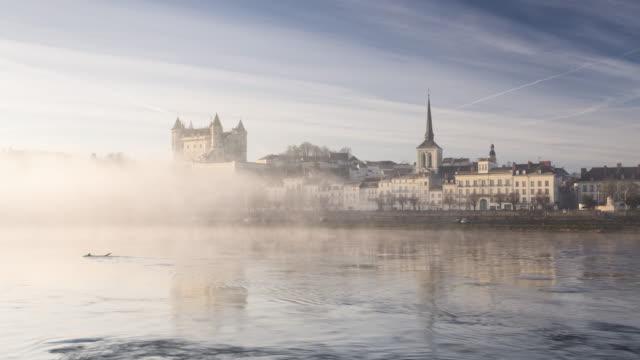 vidéos et rushes de a misty dawn in the city of saumur and its chateau. - xiième siècle