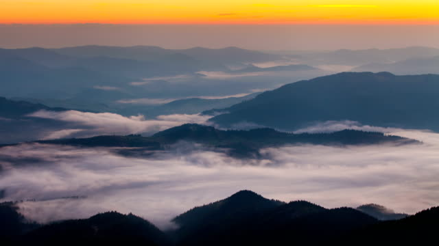 stockvideo's en b-roll-footage met misty dawn in the mountains. beautiful landscape. timelapse - wandelen buitensport