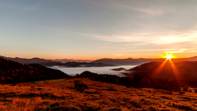 vídeos de stock e filmes b-roll de misty dawn in the mountains. beautiful landscape. timelapse - território selvagem