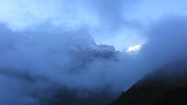 misty, konge mountain, dudh koshi river valley, sagarmatha national park, himalayan mountains, nepal - mt everest national park stock videos and b-roll footage