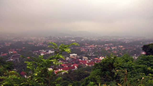 vídeos de stock, filmes e b-roll de manhã nublada em luang prabang, laos, grande angular, garimpando a esquerda para a direita - história