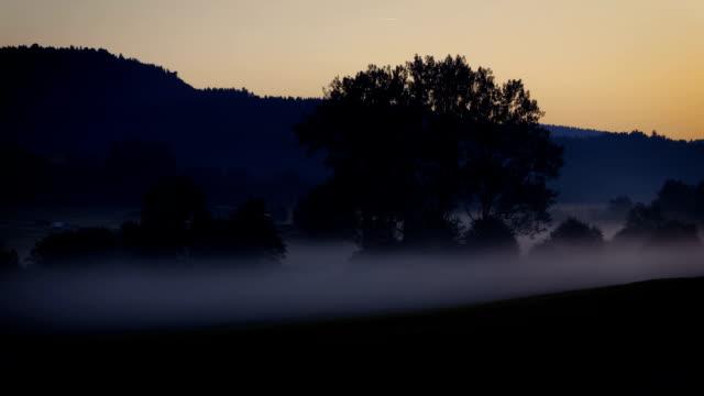 misty morning - tanz nebel-zeitraffer - nebel stock-videos und b-roll-filmmaterial