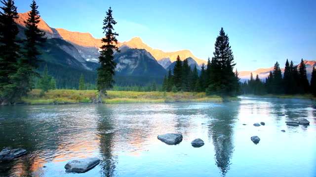 Misty Mountain river in den Kanadischen Rockies und Alpine Glow