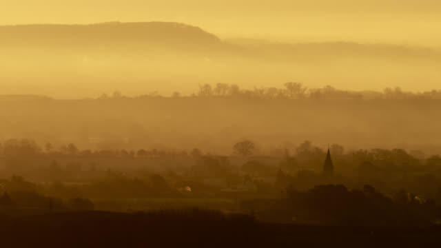 misty sunrise over countryside and village church, worcestershire, england - 英格蘭 個影片檔及 b 捲影像