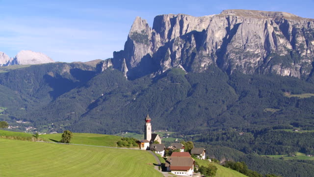 mittelberg davanti mt. schlern (sud tirolo) panoramica - alpe di siusi video stock e b–roll