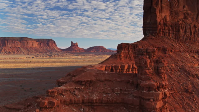 mitten butte, monument valley at sunrise-aerial - naturwunder stock-videos und b-roll-filmmaterial