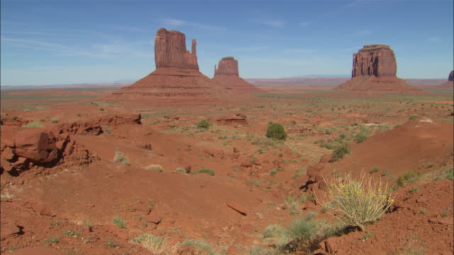 vidéos et rushes de mittens butte formations in monument valley available in hd. - piton rocheux