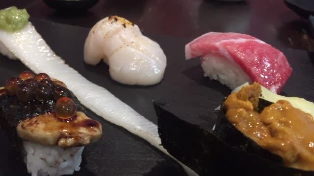 vídeos de stock, filmes e b-roll de sushi cru da mistura-estilo japonês do alimento - sashimi