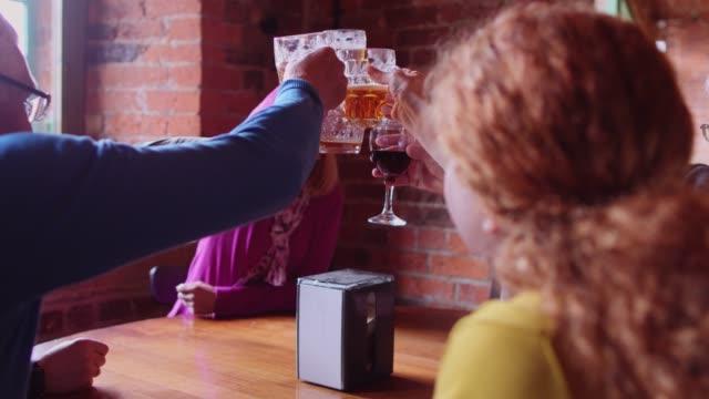 混合年齢層のパブで乾杯 - 英国文化点の映像素材/bロール