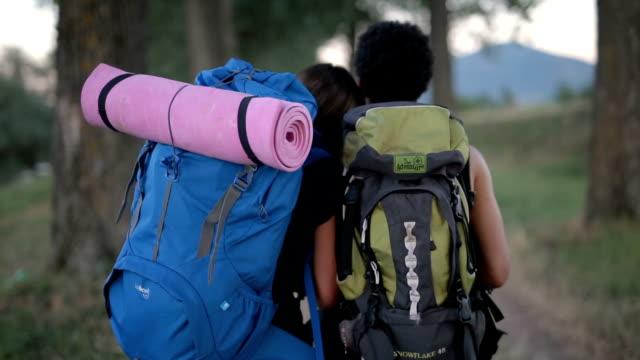 自分たちの旅を楽しんでいる混合カップル - 寝袋点の映像素材/bロール