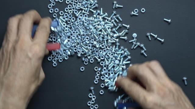 vídeos y material grabado en eventos de stock de tuercas y tornillo metálico mixto se separan con imanes de herradura - selimaksan