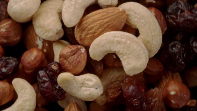 vidéos et rushes de noix mélangées dans l'air - variété